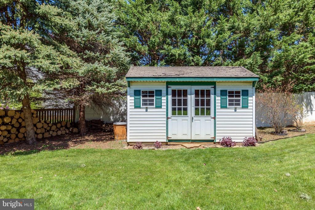 Backyard shed. Perfect for lawn equipment and toys - 10257 MEADOW FENCE CT, MYERSVILLE