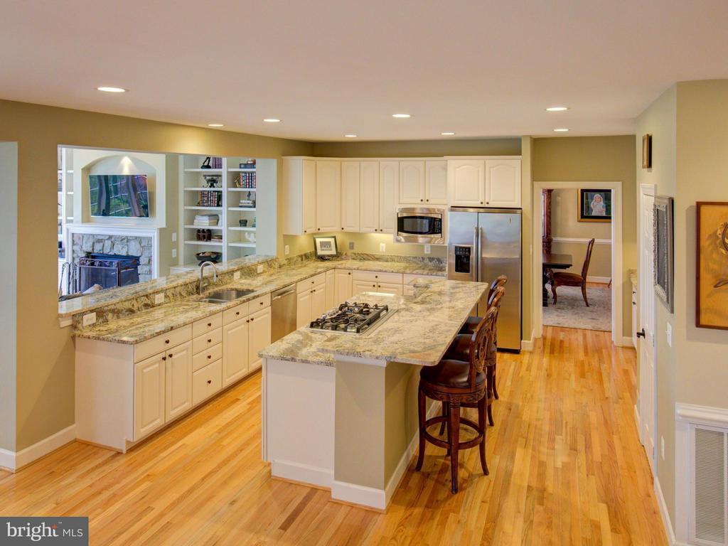 Expansive kitchen with breakfast bar - 43531 FIRESTONE PL, LEESBURG