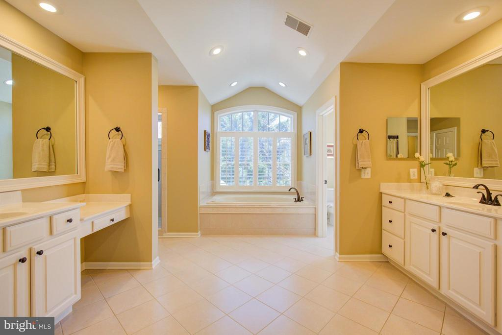 Bath with 10x10 tile and step in shower - 43531 FIRESTONE PL, LEESBURG