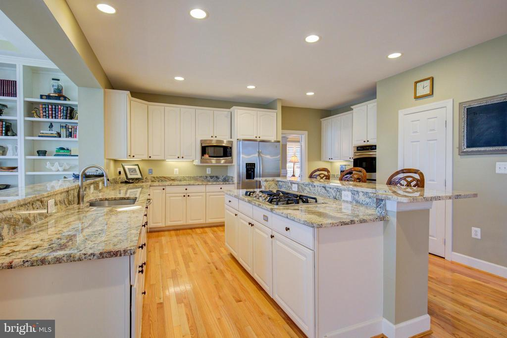 Kitchen with granite and gleaming hardwood floorin - 43531 FIRESTONE PL, LEESBURG