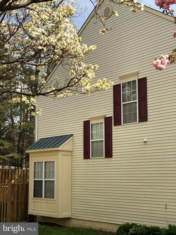 End Unit Townhome with Bump Out - 15437 WINDSONG LN, DUMFRIES