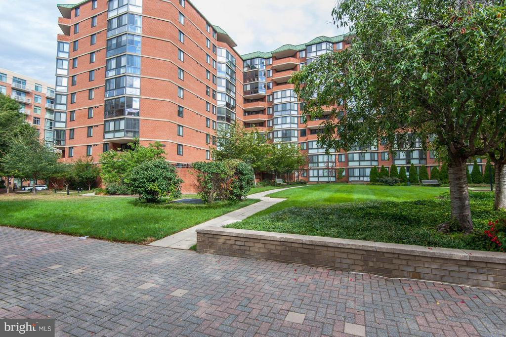 WELCOME TO YOUR NEW, PERFECTLY LANDSCAPED HOME! - 1001 RANDOLPH ST N #320, ARLINGTON