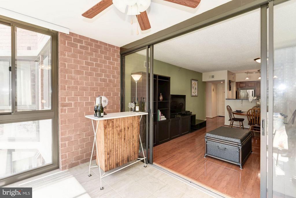 SUNROOM - PERFECT SPACE FOR A BAR OR HOME OFFICE! - 1001 RANDOLPH ST N #320, ARLINGTON