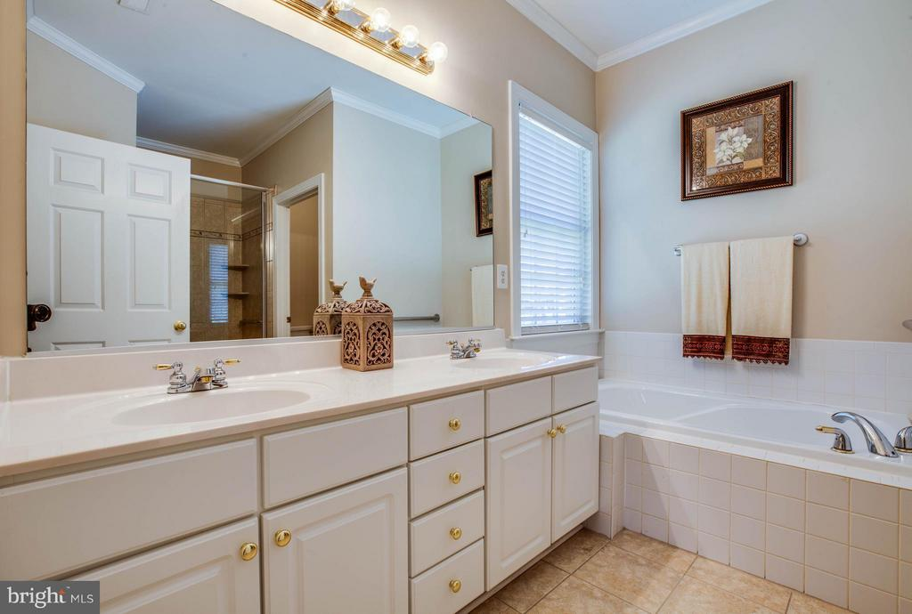 Master bath has double vanities and a soaking tub - 11306 FIELD CIR, SPOTSYLVANIA