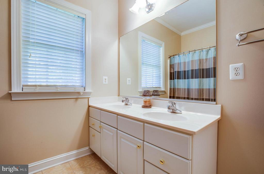 Updated hall bathroom with double vanity - 11306 FIELD CIR, SPOTSYLVANIA