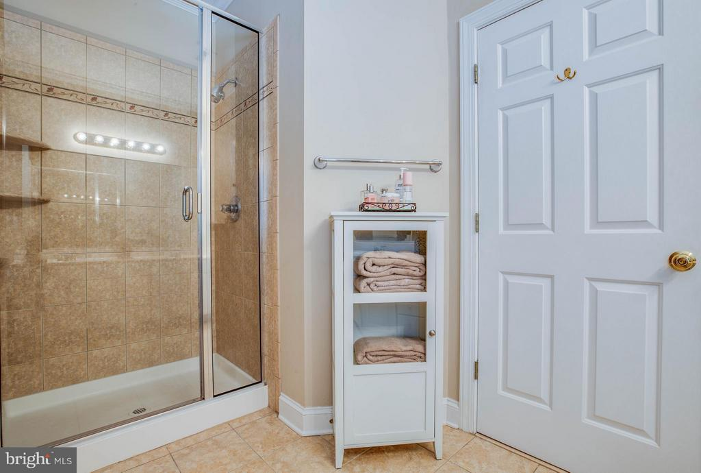 Master bath also has a separate shower - 11306 FIELD CIR, SPOTSYLVANIA