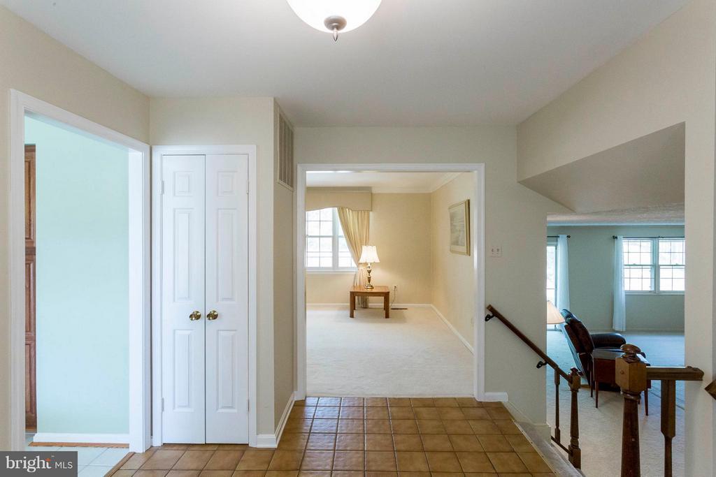 Large open foyer - 6613 SADDLEHORN CT, BURKE