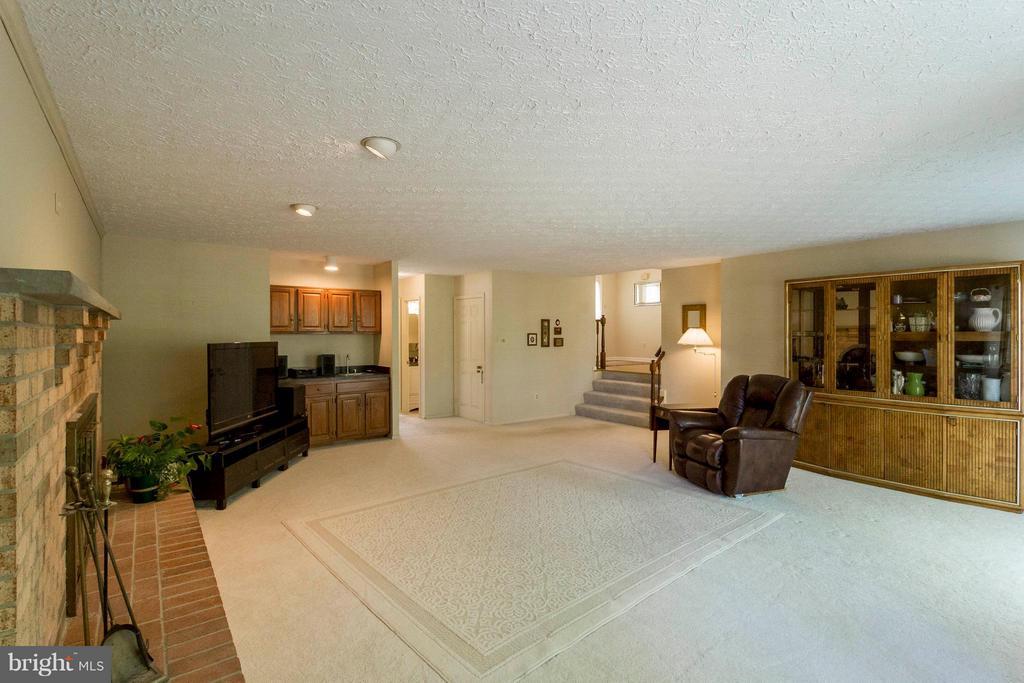 Large room, perfect for hosting get togethers! - 6613 SADDLEHORN CT, BURKE