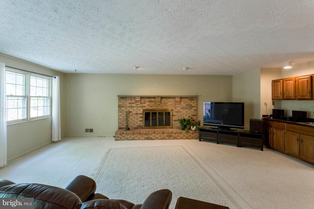 Cozy up to this large fireplace! - 6613 SADDLEHORN CT, BURKE