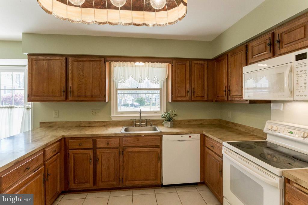 Nice open kitchen,great for entertaining - 6613 SADDLEHORN CT, BURKE