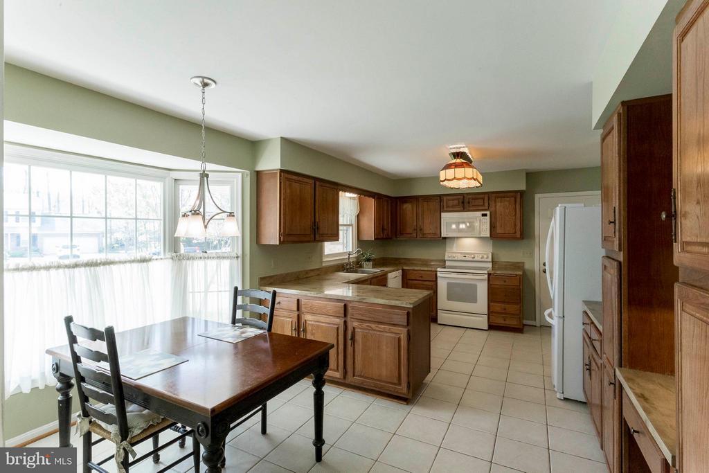 Beautiful light filled kitchen - 6613 SADDLEHORN CT, BURKE