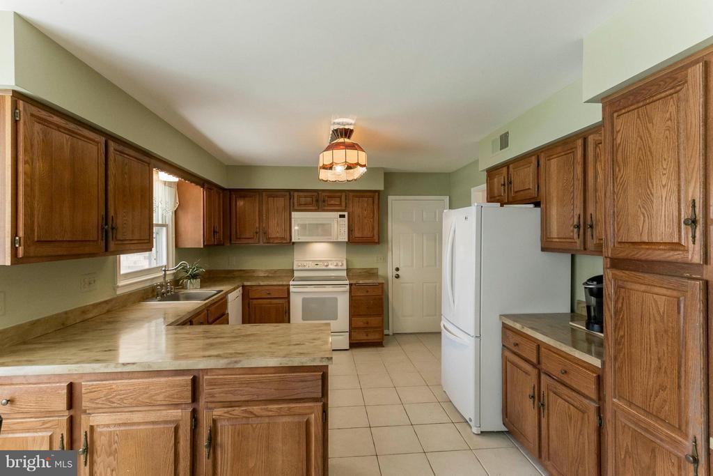 Ample cabinet room - 6613 SADDLEHORN CT, BURKE