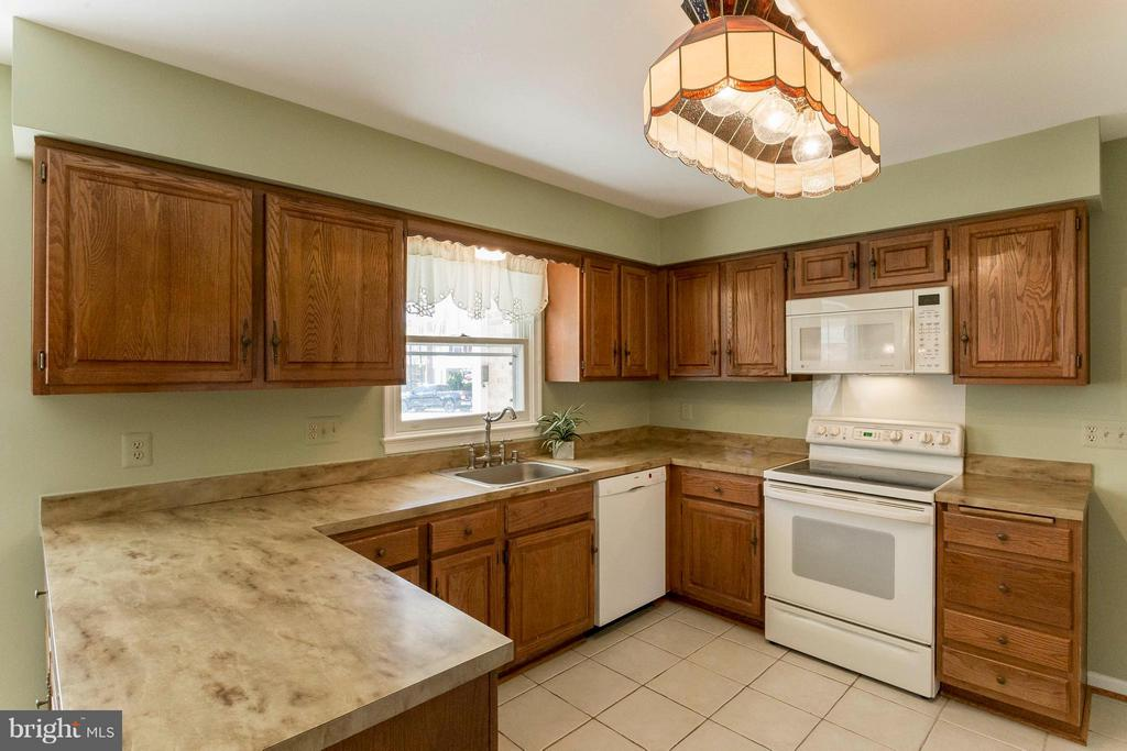 Tons of counter space - 6613 SADDLEHORN CT, BURKE