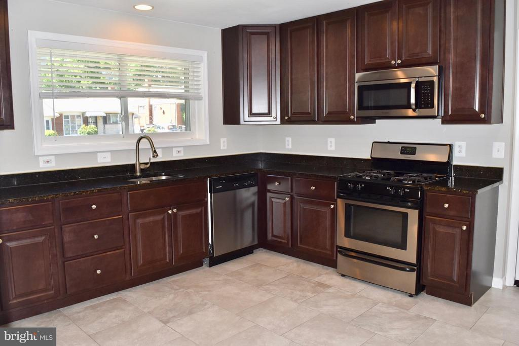 Spacious Eat-In Kitchen - 108 JORDAN ST, ALEXANDRIA