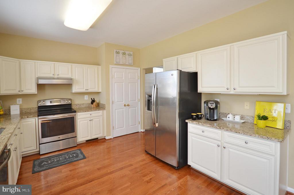 Kitchen w/SS appliances, granite and HW floors - 35791 CHAPEL HILL CT, ROUND HILL