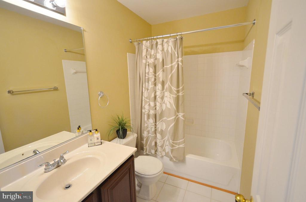 Upper Level Full Bath - 35791 CHAPEL HILL CT, ROUND HILL
