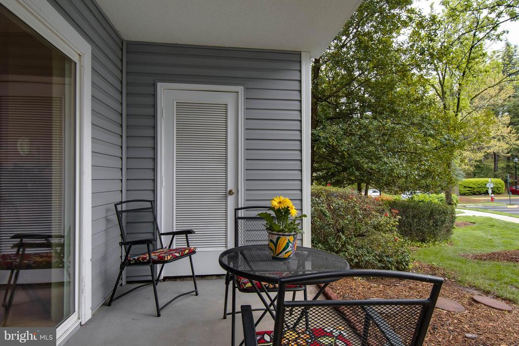 Such a cute patio to sit and enjoy the day! - 3179 SUMMIT SQUARE DR #2-B6, OAKTON