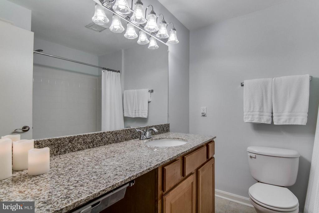 Lots of countertop space, and it's granite! - 3179 SUMMIT SQUARE DR #2-B6, OAKTON