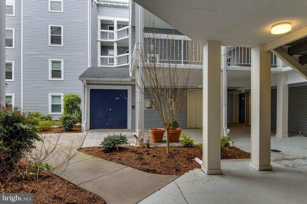 Such a lovely view of your courtyard! - 3179 SUMMIT SQUARE DR #2-B6, OAKTON