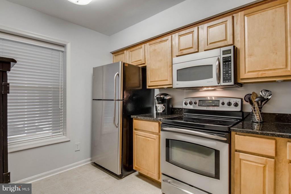 Gorgeous appliances! - 3179 SUMMIT SQUARE DR #2-B6, OAKTON