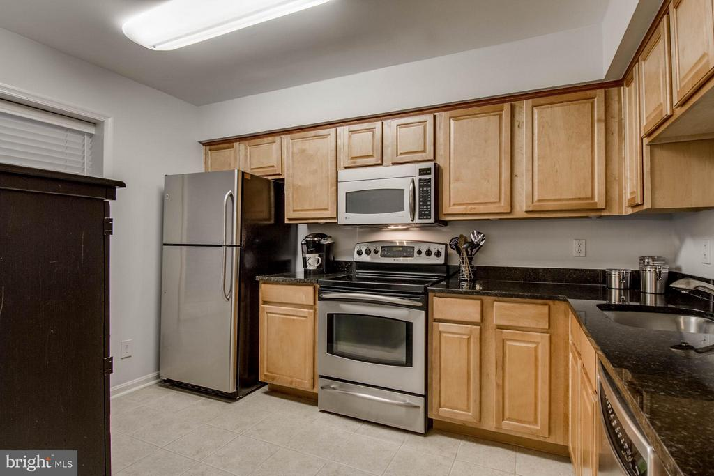 WOW!  Look at all the countertop space! - 3179 SUMMIT SQUARE DR #2-B6, OAKTON