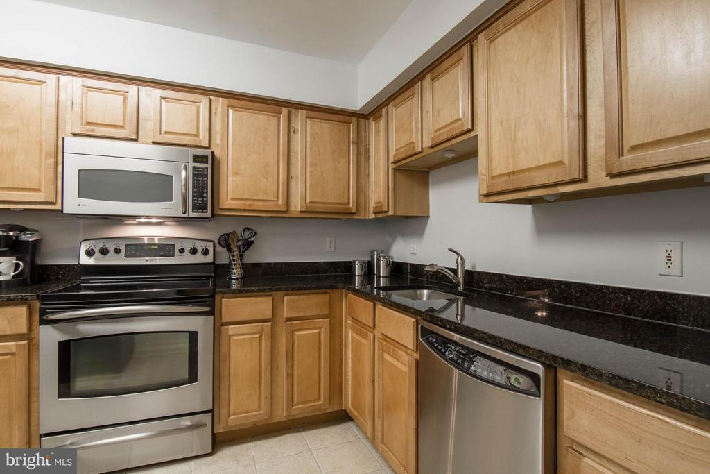 Such a spacious kitchen! - 3179 SUMMIT SQUARE DR #2-B6, OAKTON