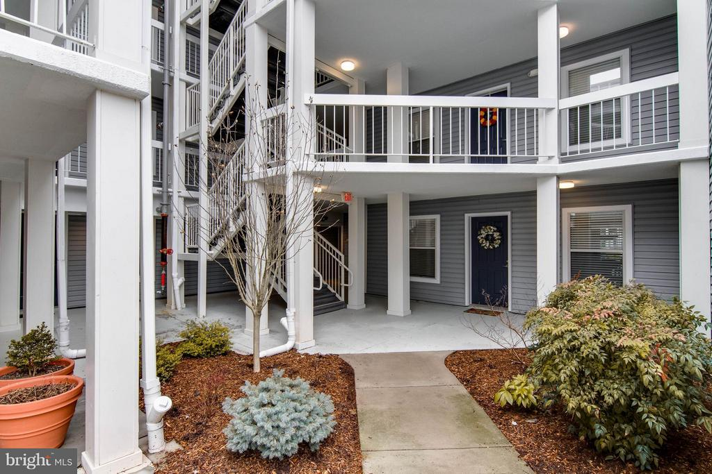 A beautiful walk to your front door! - 3179 SUMMIT SQUARE DR #2-B6, OAKTON