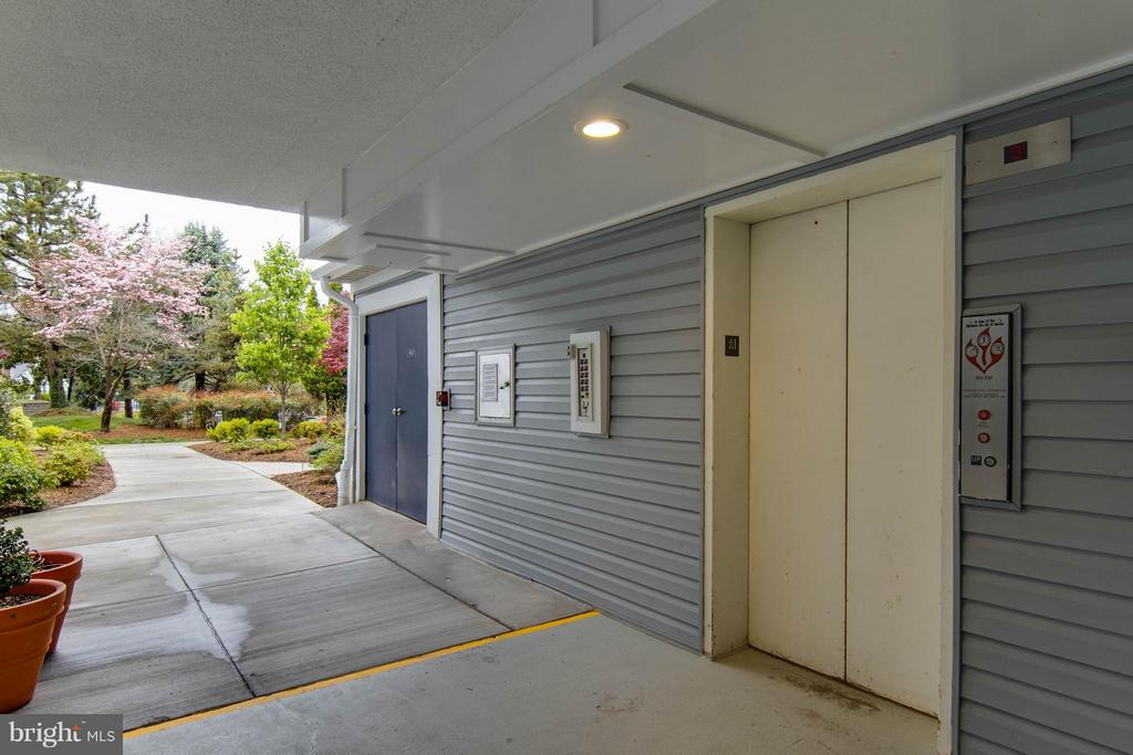 An elevator, even though you don't need one! - 3179 SUMMIT SQUARE DR #2-B6, OAKTON