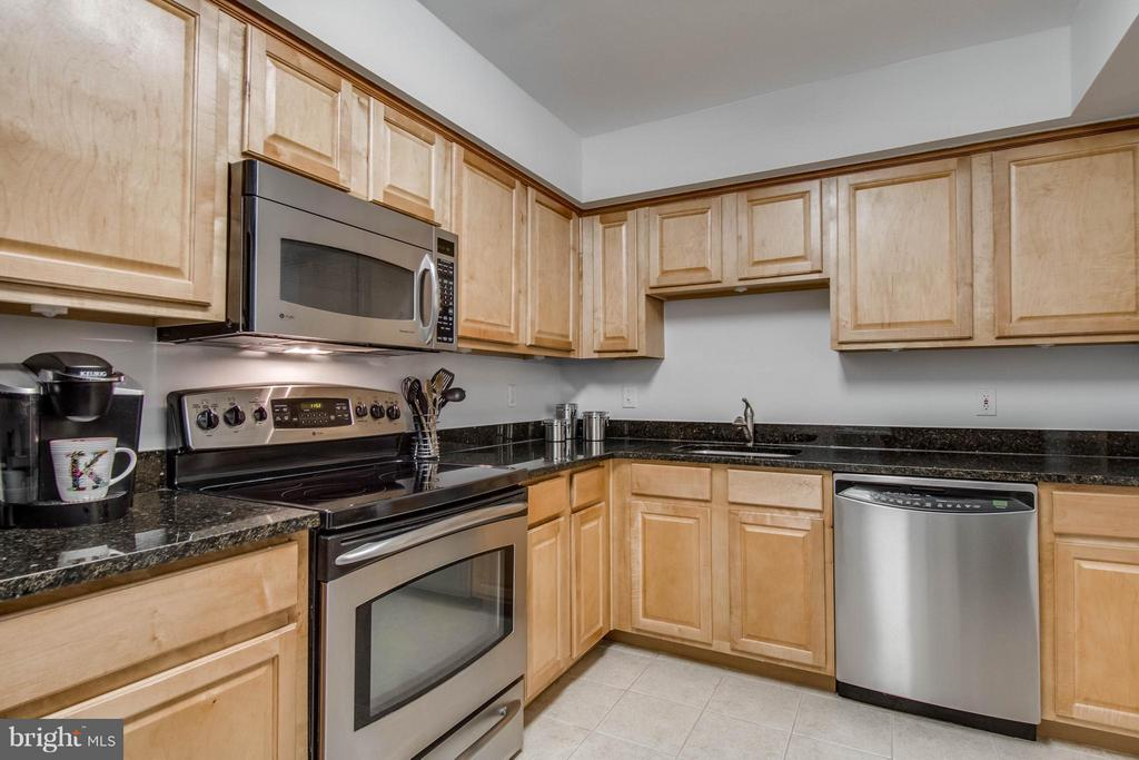 Granite countertops! - 3179 SUMMIT SQUARE DR #2-B6, OAKTON