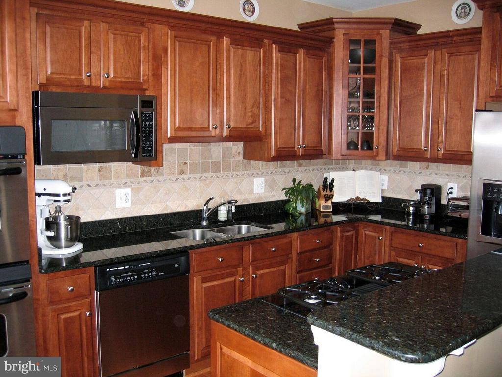 Upgraded Kitchen Cabinets - 21934 WINDY OAKS SQ, BROADLANDS