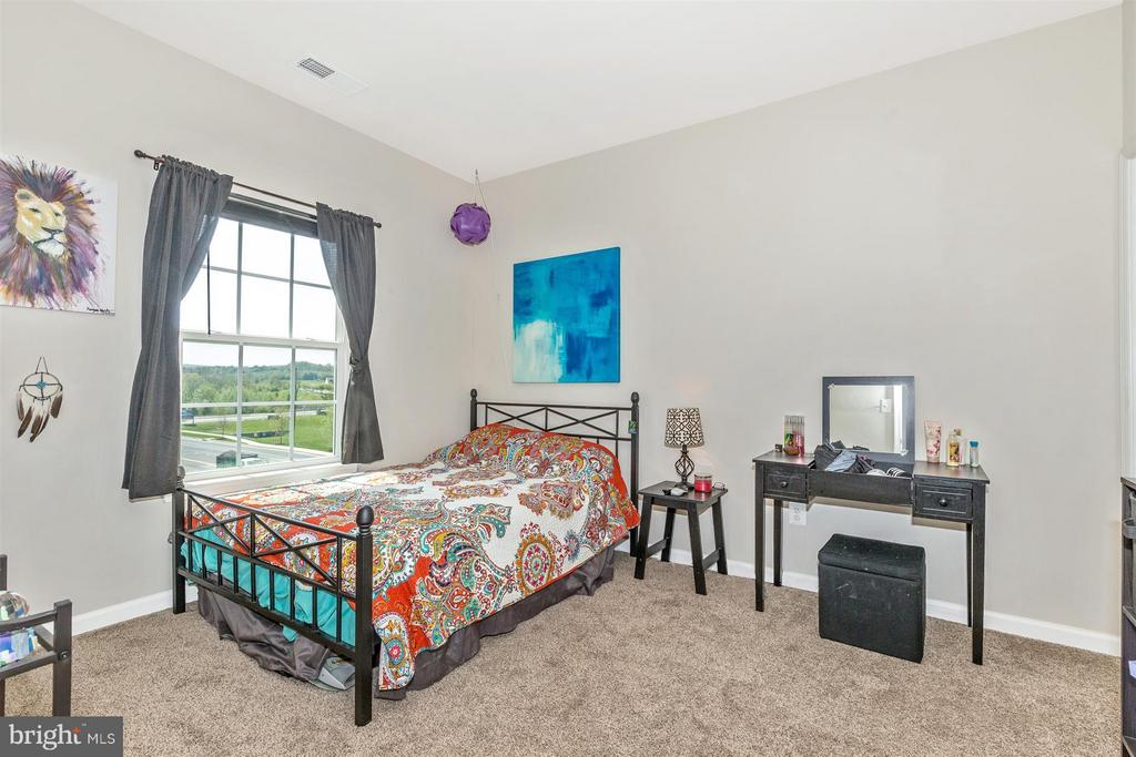 2nd bedroom w/ walk in closet! - 5011 SMALL GAINS WAY, FREDERICK