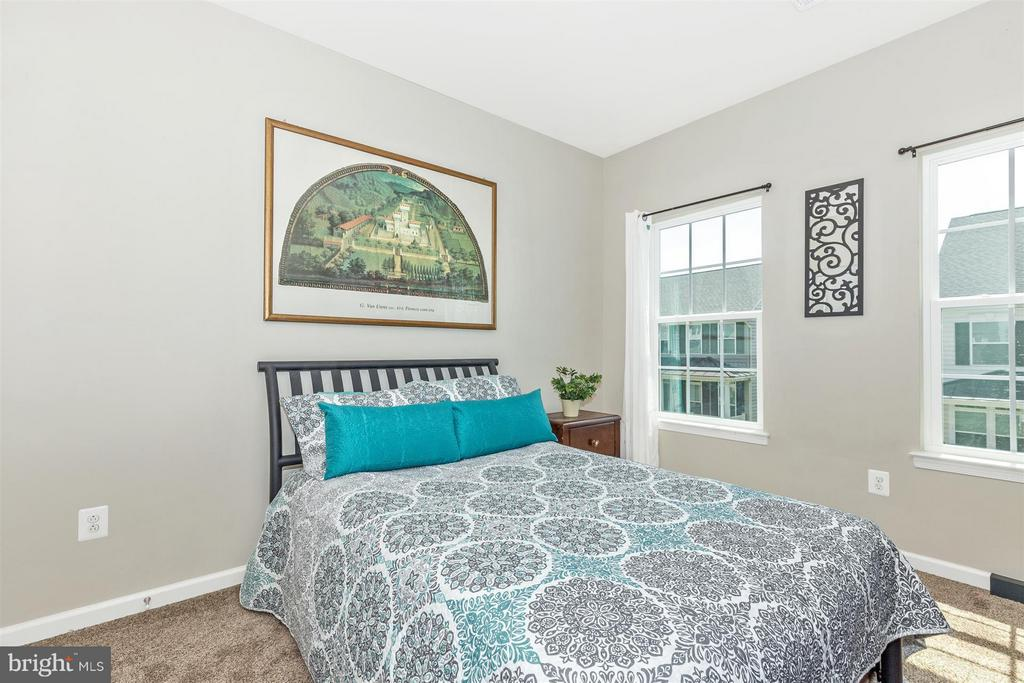 3rd bedroom w/ lots of light! - 5011 SMALL GAINS WAY, FREDERICK