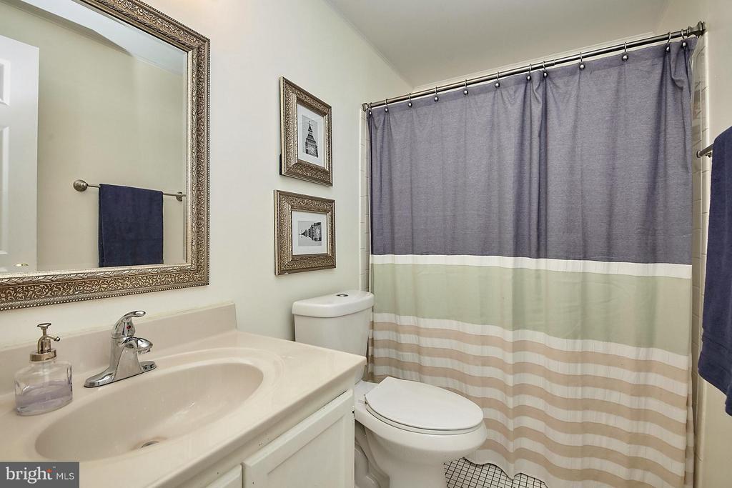 Hallway bathroom - 14417 RED HOUSE DR, CENTREVILLE