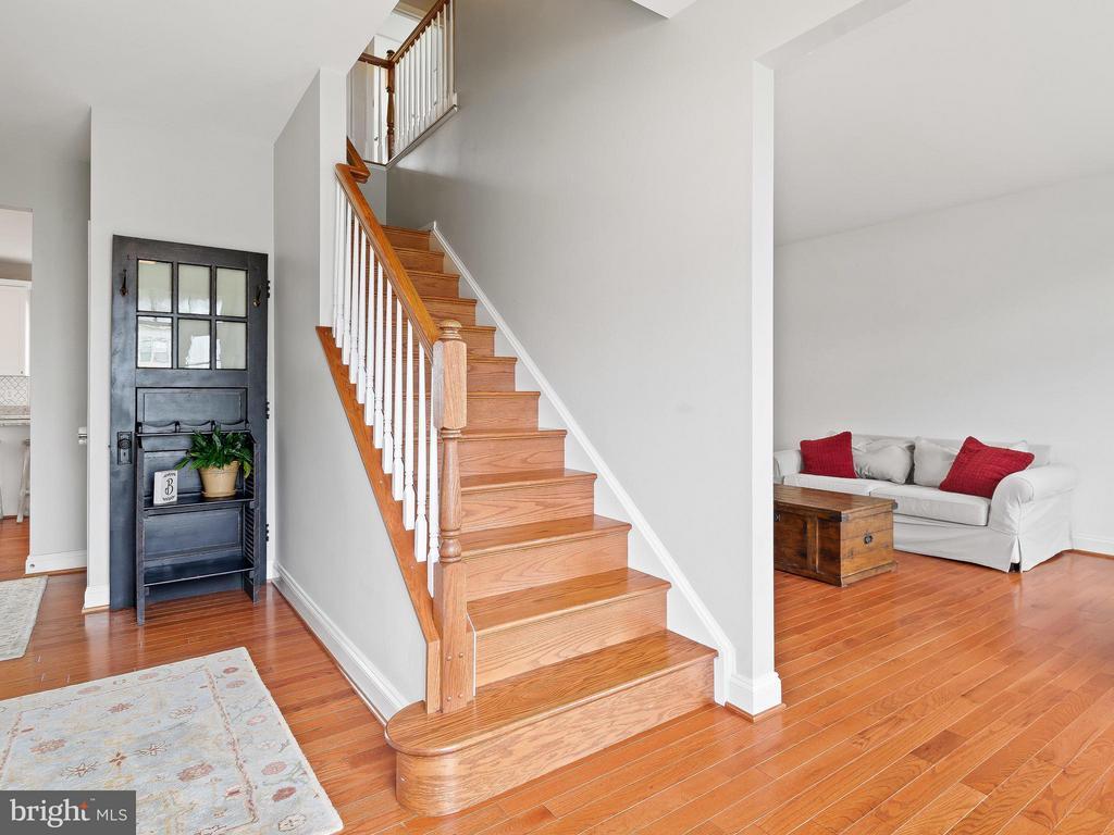 Oak Stairs - 35943 SHREWSBURY CT, ROUND HILL