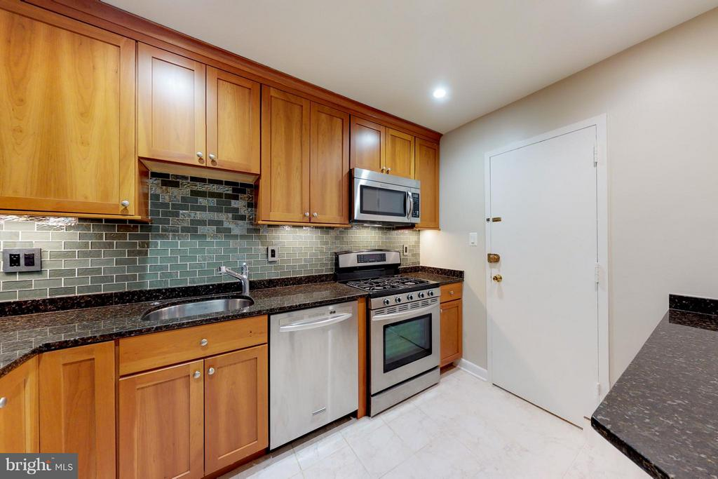 Classy Remodeled Kitchen*Ample Cabinetry - 200 MAPLE AVE #604, FALLS CHURCH