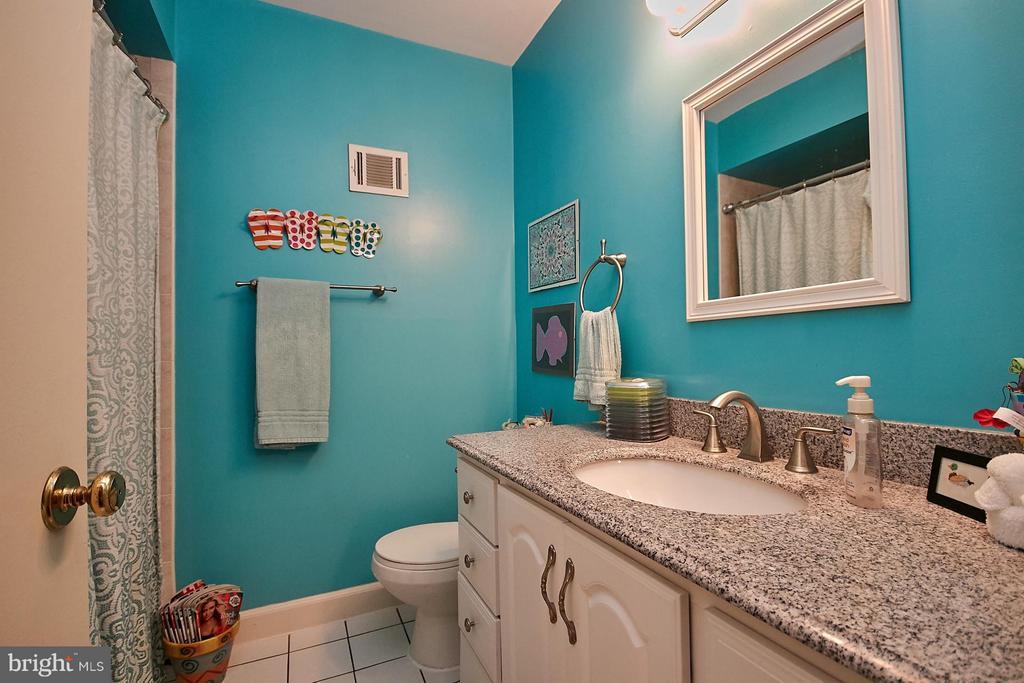 Upgraded hall bath - 5959 QUEENSTON ST, SPRINGFIELD