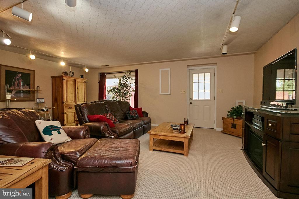 Large recreation room with walk out - 5959 QUEENSTON ST, SPRINGFIELD