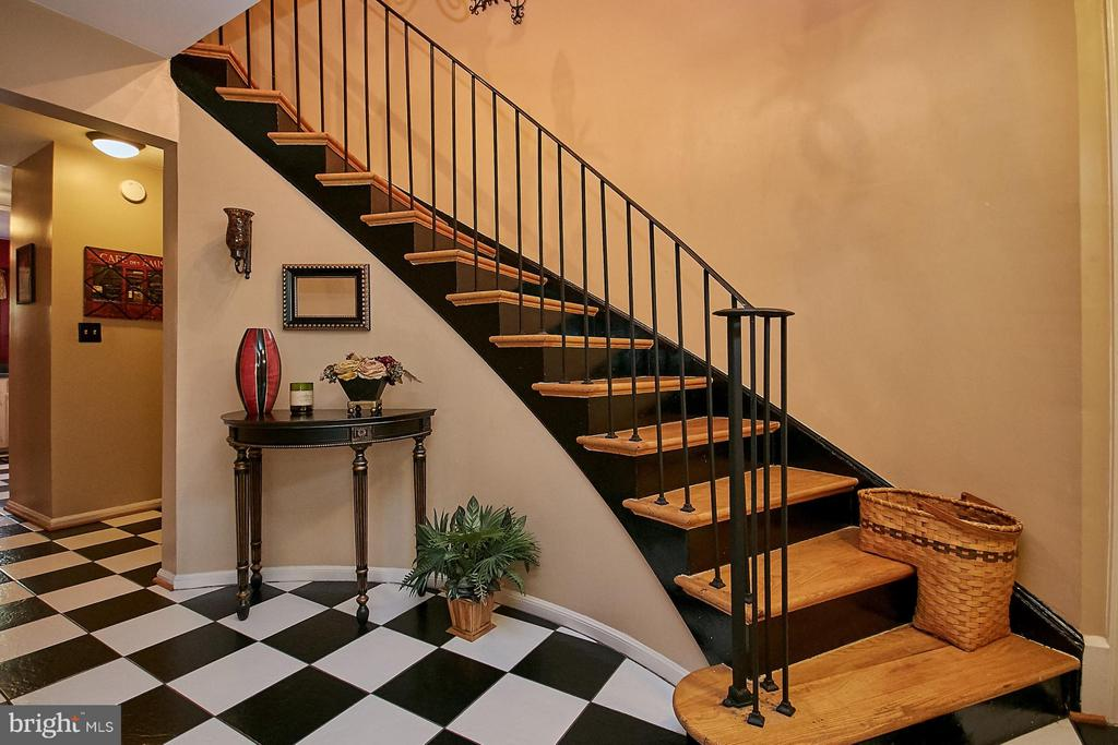 Ceramic tile floor and curved staircase) - 5959 QUEENSTON ST, SPRINGFIELD