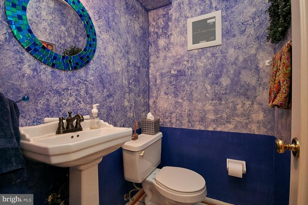 Main level powder room - 5959 QUEENSTON ST, SPRINGFIELD