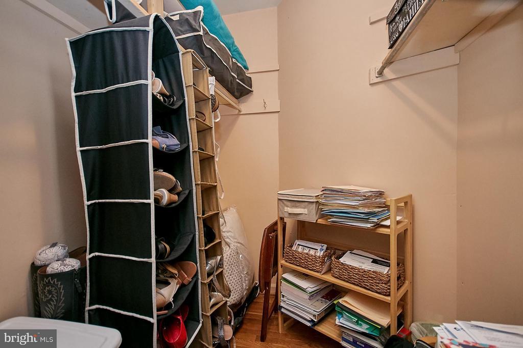 Large walk-in closet - 5959 QUEENSTON ST, SPRINGFIELD