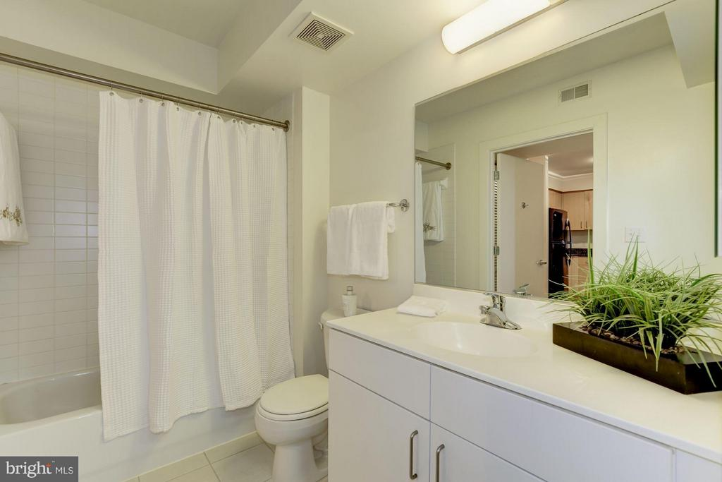 Large bathroom - 1000 NEW JERSEY AVE SE #626, WASHINGTON