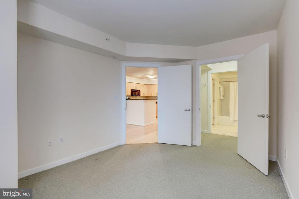 Bedroom leading to walk in closet - 1000 NEW JERSEY AVE SE #626, WASHINGTON