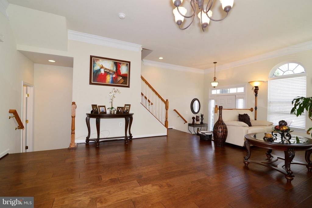 Foyer and steps to upper and lower levels - 4661 CARISBROOKE LN, FAIRFAX