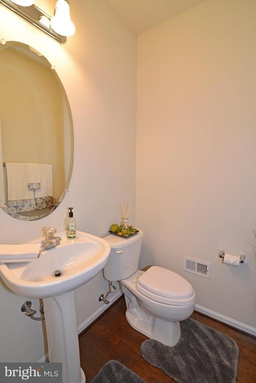 main level powder room - 4661 CARISBROOKE LN, FAIRFAX