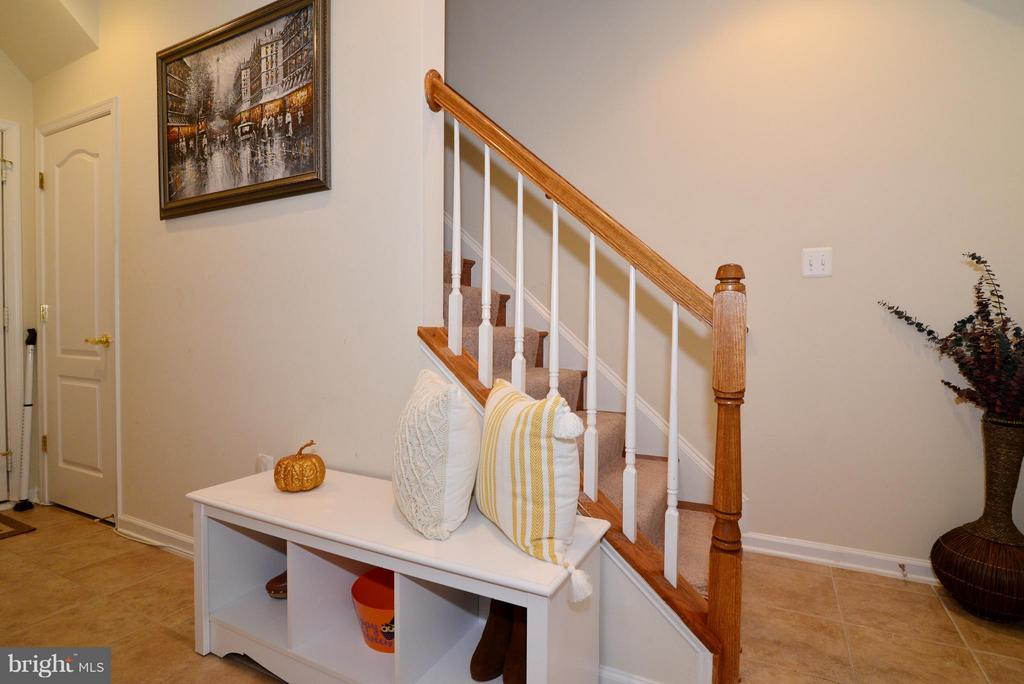Downstairs landing - 4661 CARISBROOKE LN, FAIRFAX