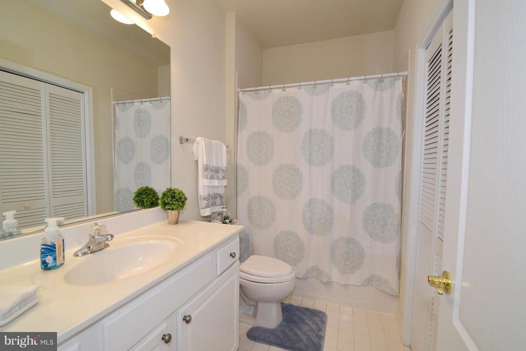 upper level hall Bath - 4661 CARISBROOKE LN, FAIRFAX