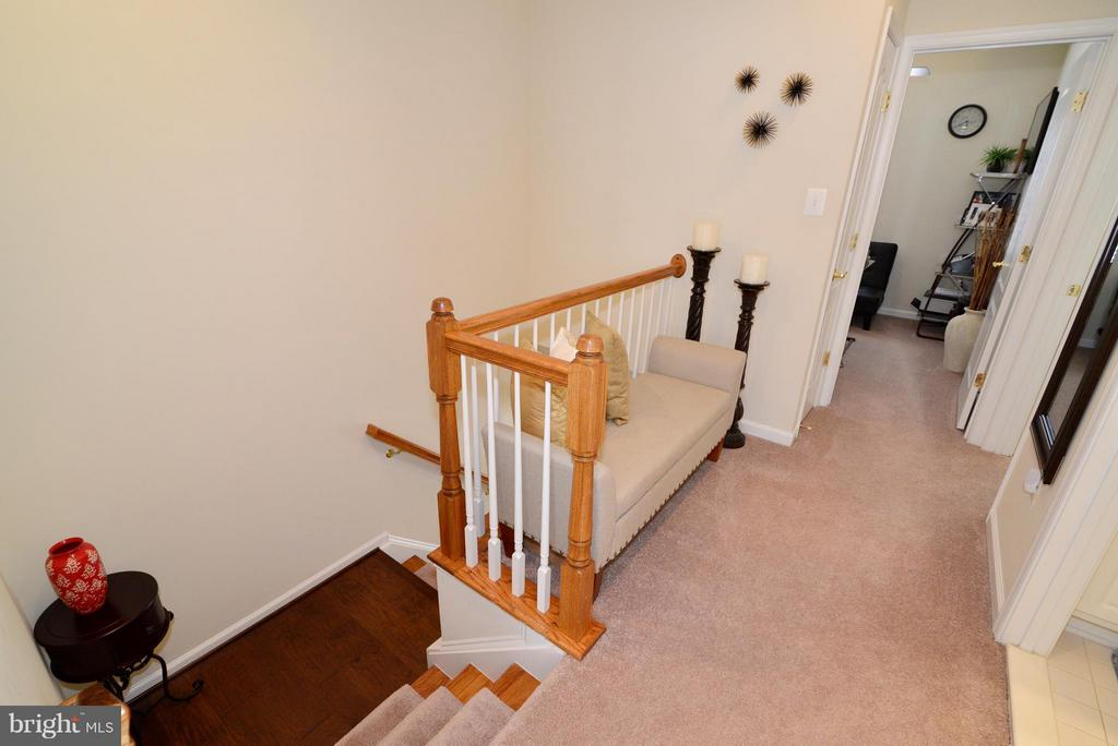 upper level landing - 4661 CARISBROOKE LN, FAIRFAX