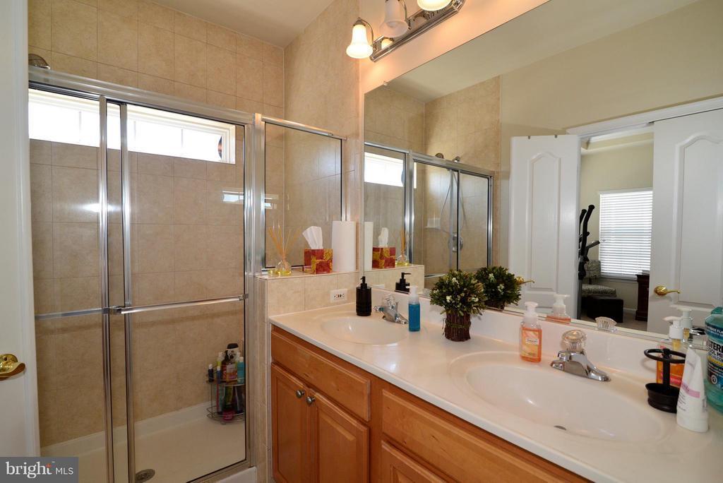 Shower stall in master bath - 4661 CARISBROOKE LN, FAIRFAX