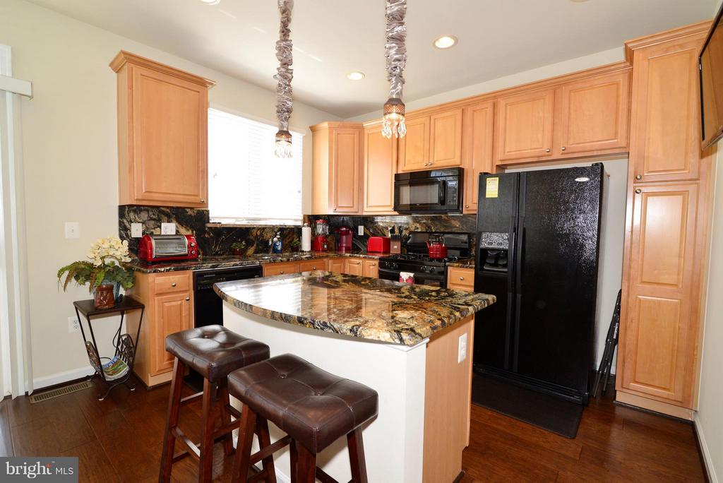 Breakfast bar in kitchen - 4661 CARISBROOKE LN, FAIRFAX