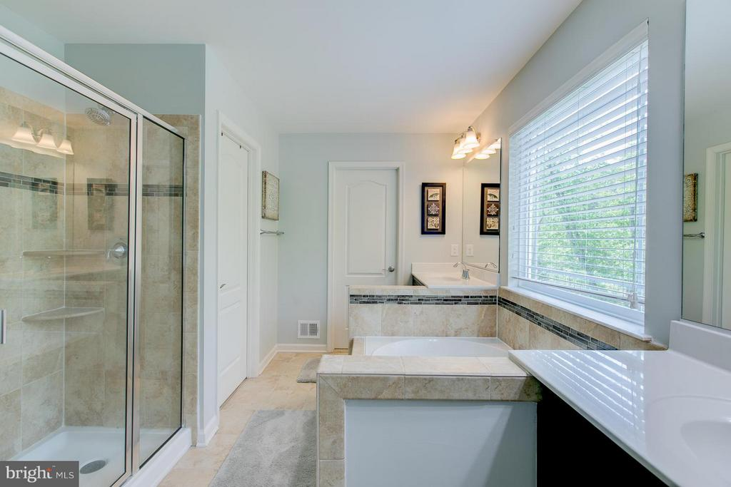 Upgraded Ceramic tile, Sep Shower/Soaker tub/Sinks - 73 WAGONEERS LN, STAFFORD
